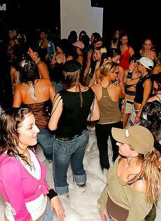 Пенная вечеринка очень понравилась молодым девушкам - фото #5