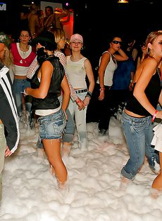 Пенная вечеринка очень понравилась молодым девушкам - фото #9