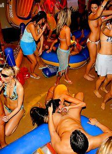 Вечеринка превратилась в незабываемое групповое порно - фото #3