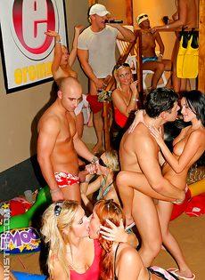 Вечеринка превратилась в незабываемое групповое порно - фото #8