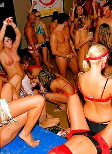 Вечеринка превратилась в незабываемое групповое порно - фото #12