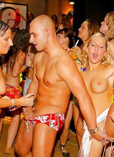 Красотки напились и согласились на групповушку на вечеринке - фото #3
