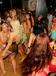 Красотки напились и согласились на групповушку на вечеринке - фото #10