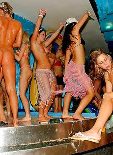 Красотки напились и согласились на групповушку на вечеринке - фото #14
