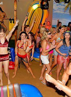 Красотки напились и согласились на групповушку на вечеринке - фото #15