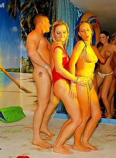 Студенткам предложили заняться групповым сексом на тусовке - фото #12