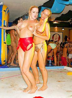Студенткам предложили заняться групповым сексом на тусовке - фото #13