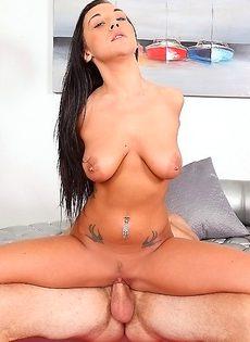 Victoria Webb насаживается сладенькой дырочкой на половой член - фото #2