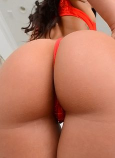 Красавица с обвисшими сиськами в красных чулках - фото #4