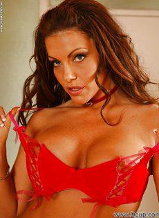 Сексуально снимает с себя трусики красотка Victoria Valentino - фото #5