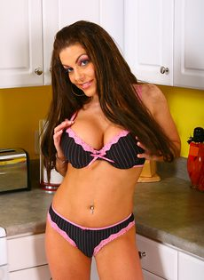 Получила яркий оргазм на кухонном столе - фото #4