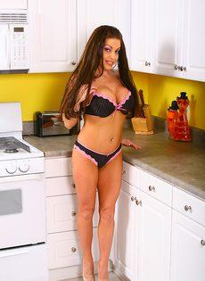 Получила яркий оргазм на кухонном столе - фото #5