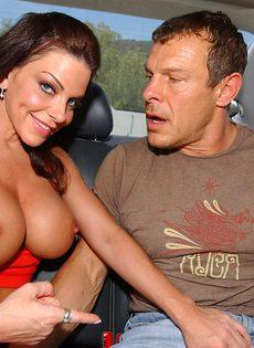 Сиськастая сучка в возрасте сосет пенис в автомобиле - фото #9