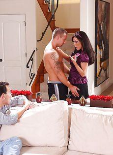 Горячее половое сношение с латинкой на диване - фото #1