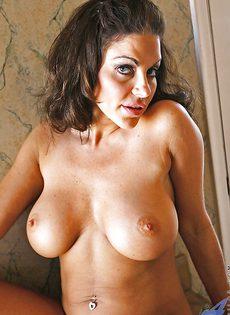 Брюнетка с большой грудью расставляет ноги и показывает киску - фото #8