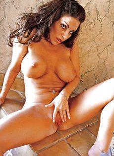 Брюнетка с большой грудью расставляет ноги и показывает киску - фото #16