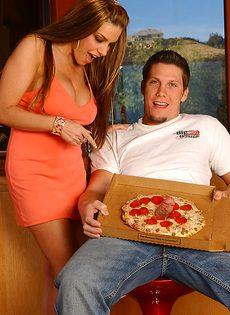 Разносчик пиццы отодрал зрелую похотливую сучку - фото #1