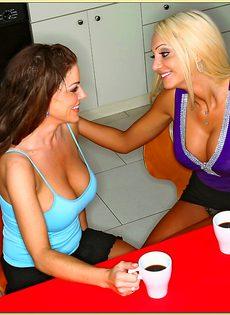 Совокупление в разных позах с брюнеточкой и блондиночкой - фото #1