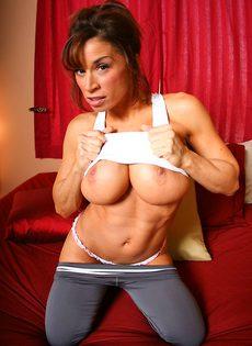 Жаркая женщина с очень большими дойками - фото #4