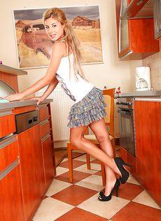 Сладострастная блондинка запихивает подручные предметы в дырки - фото #1