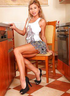 Сладострастная блондинка запихивает подручные предметы в дырки - фото #3