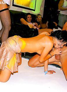 Увлекательная групповушка с бухими девицами состоялась в клубе - фото #10