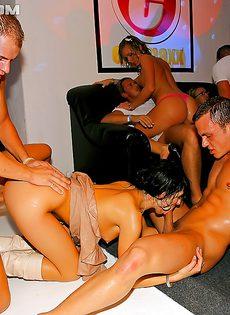 Увлекательная групповушка с бухими девицами состоялась в клубе - фото #12