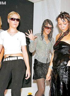 Увлекательная групповушка с бухими девицами состоялась в клубе - фото #16