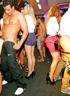 Дискотека с участием пьяных легкодоступных девушек - фото #9