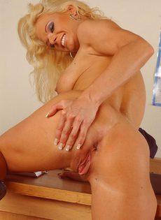 После работы блондинка решила немножко расслабиться - фото #12