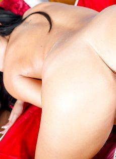 Большие сиськи и гладенькая киска симпатичной девушки - фото #14