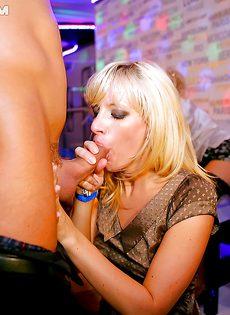 На вечеринке горячие девушки трахнулись по полной программе - фото #14