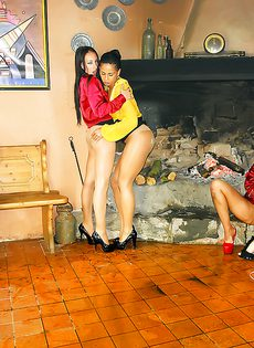 Страстное групповое порно с развратными девушками - фото #15