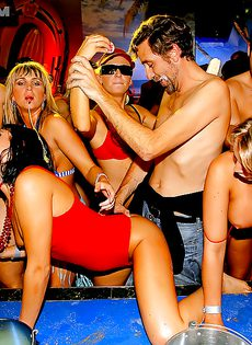 Массовое групповое порно с молодушками на секс вечеринке - фото #7