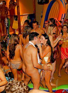 Массовое групповое порно с молодушками на секс вечеринке - фото #8