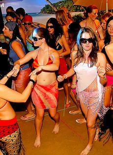Массовое групповое порно с молодушками на секс вечеринке - фото #9