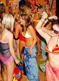 Массовое групповое порно с молодушками на секс вечеринке - фото #11