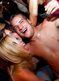Европейские девушки расслабились на вечеринке по полной - фото #15