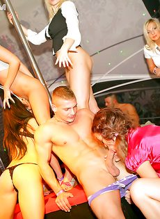 Грязная вечеринка с минетом и групповым сексом - фото #7