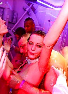 На вечеринке молоденькие девушки сексуально удовлетворились - фото #1