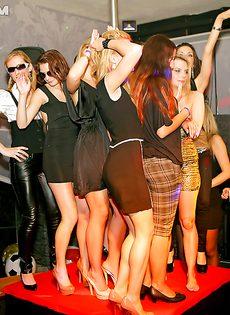 На вечеринке молоденькие девушки сексуально удовлетворились - фото #16