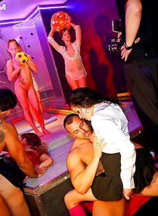 В ночном клубе собрались местные давалки - фото #7