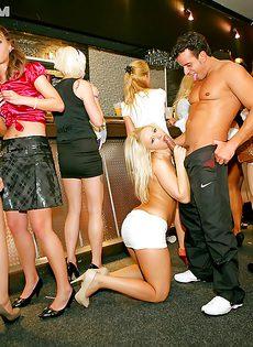 В ночном клубе собрались местные давалки - фото #8