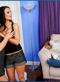 Доставляет сексуальное удовольствие жгучим брюнеткам - фото #1