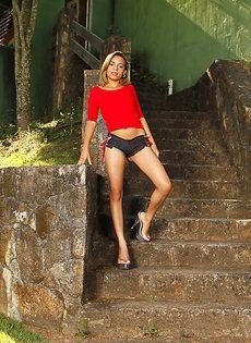 На белом покрывале расположилась бразильская сучка - фото #2