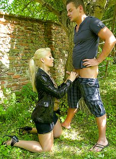 На природе трахнул и обоссал европейскую блондинку - фото #2