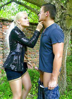 На природе трахнул и обоссал европейскую блондинку - фото #4