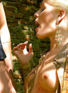 На природе трахнул и обоссал европейскую блондинку - фото #15