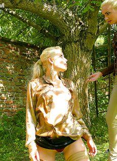 На природе трахнул и обоссал европейскую блондинку - фото #16