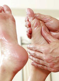 Клиентка подрочила ножками большой пенис массажиста - фото #7